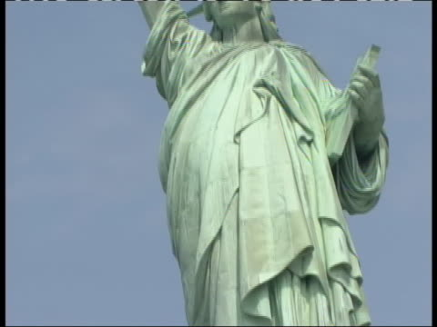 vidéos et rushes de low angle pan from torch to base of statue of liberty great stock shot - war in afghanistan: 2001 present