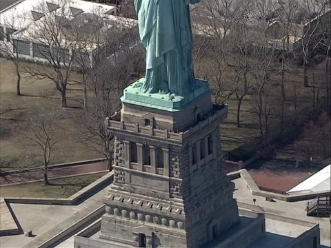 zoom out from of tourist at the top base balcony of statue of liberty to aerial to include the whole statue great stock shot - war in afghanistan: 2001 present stock videos & royalty-free footage
