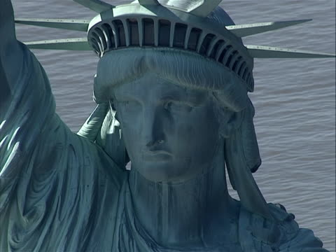 vidéos et rushes de slight zoom to cu of statue of liberty head great stock shot with water in the background - war in afghanistan: 2001 present