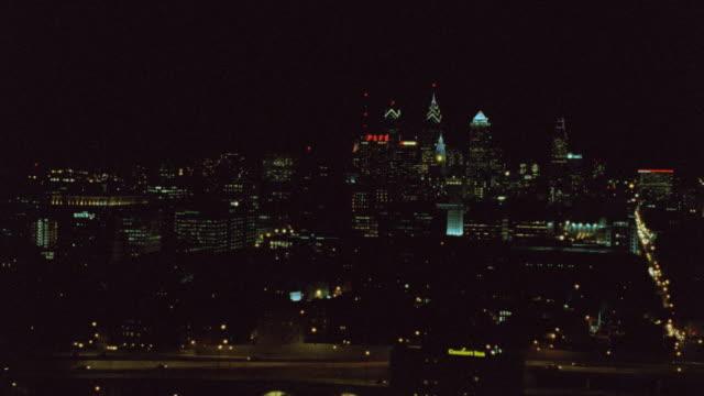 nx - aerials - philadelphia - ベンフランクリン橋点の映像素材/bロール