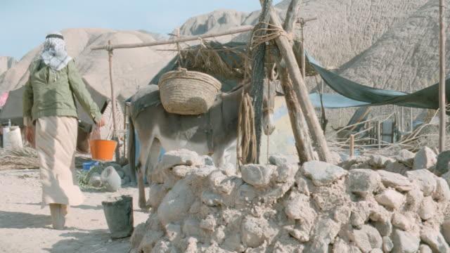 stockvideo's en b-roll-footage met dx - camps - tents - arabs - alleen één mid volwassen man