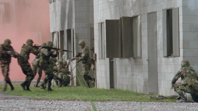 vidéos et rushes de dx - army soldiers in military combat training - armée américaine
