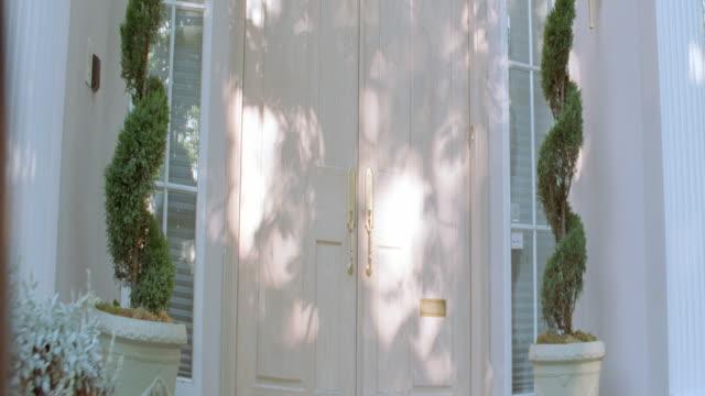 vídeos de stock, filmes e b-roll de dx - houses - mansions - janela saliente