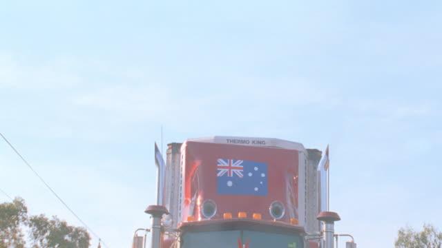 dx - australia - trucks - veicolo terrestre commerciale video stock e b–roll