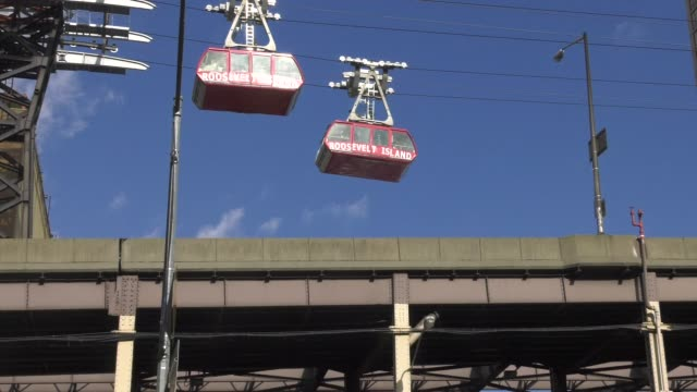 vidéos et rushes de to and from roosevelt island tram cross paths with runners below - salmini