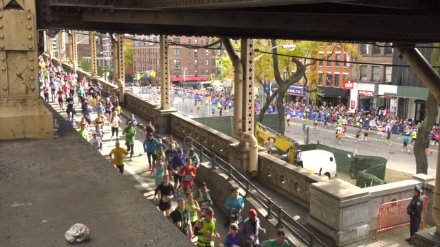 vidéos et rushes de runners off 59th street bridge into manhattan - salmini
