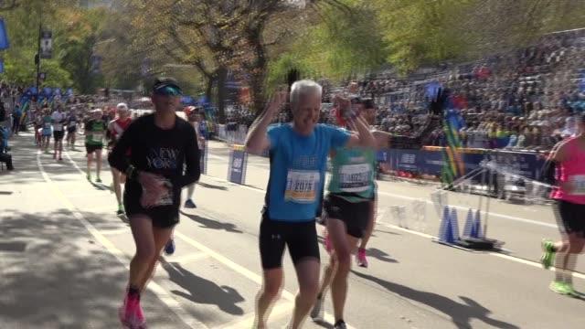 vidéos et rushes de happy runners celebrate final yards - salmini