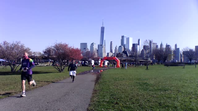 vidéos et rushes de starters head out at five second intervals with manhattan skyline in background - salmini
