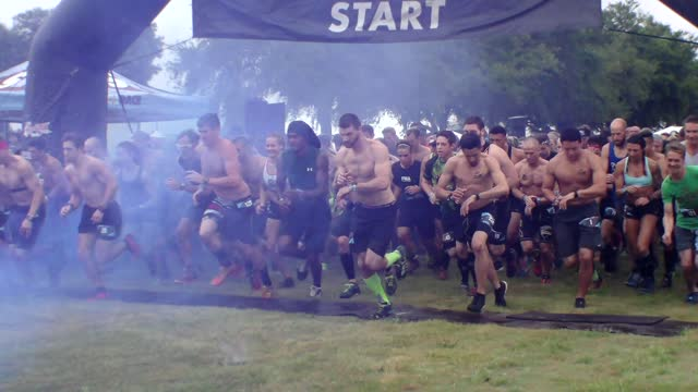 from side, start of savage race elite wave - salmini stock videos & royalty-free footage