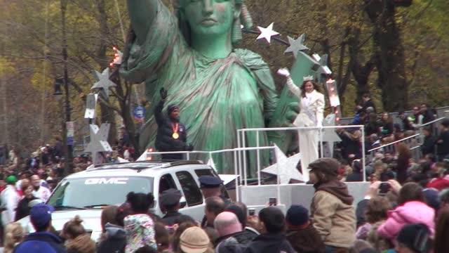 meb keflezighi wins 2009 nyc marathon. three weeks later he rides float with america, katie stam in the thanksgiving day parade. he is first american... - salmini stock videos & royalty-free footage