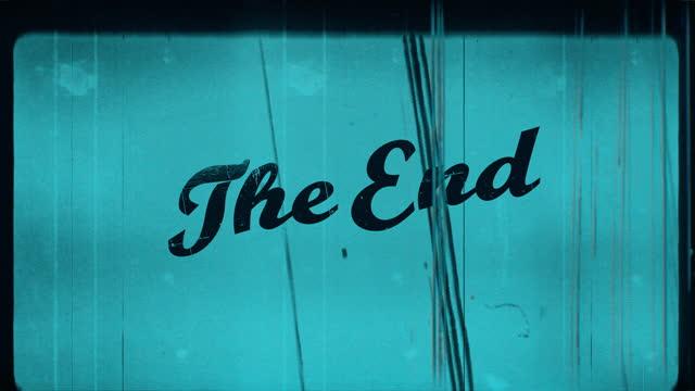 vídeos de stock, filmes e b-roll de filme antigo vintage the end com som 4k ciano - envelhecido efeito fotográfico
