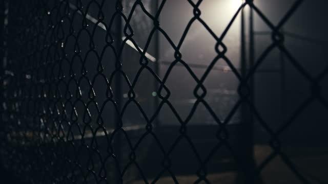 vídeos de stock e filmes b-roll de foggy night city street and city recreational park - retroiluminado