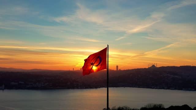 vidéos et rushes de drapeau turc et bosphore - drapeau turc