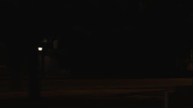 vídeos de stock, filmes e b-roll de process plate straight right medium angle of car driving on city street. motel or hotel partially visible. other buildings visible. - placa de processamento móvel