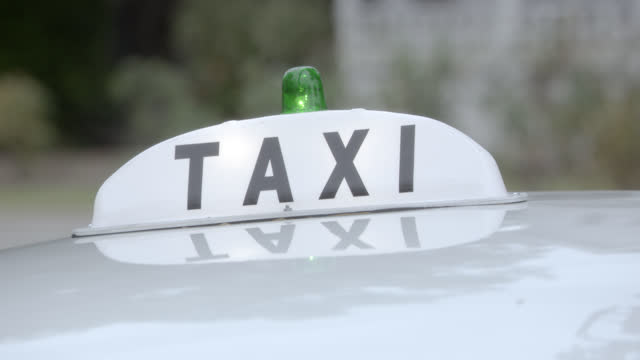 close angle of sign and light bulb on top of taxi cab car. - yellow taxi stock videos & royalty-free footage