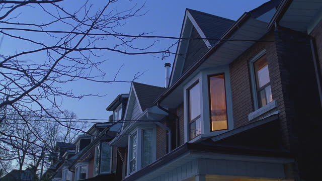 vidéos et rushes de n/x (early evening) older 2-story brick houses,  snow on ground; cba (toronto, ontario, canada) - arbre sans feuillage