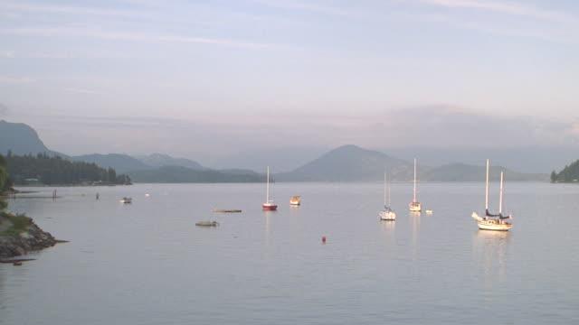 dusk boats docked at eagle harbour, west vancouver, british columbia, canada (cba) - ankrad bildbanksvideor och videomaterial från bakom kulisserna