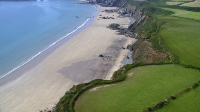 stockvideo's en b-roll-footage met aerial coastal great britain, deserted beach (freshwater west, wales) - pembrokeshire