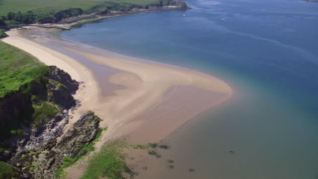 aerial coastal great britain, deserted beach (freshwater west, wales) - ペンブローク点の映像素材/bロール