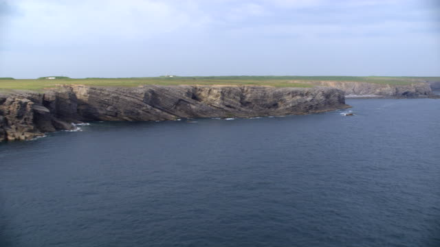 stockvideo's en b-roll-footage met aerial coastal great britain, cliffs (freshwater west, wales) - pembrokeshire