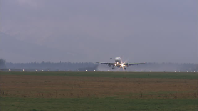stockvideo's en b-roll-footage met plane taking off - taking off
