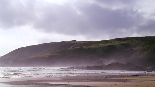 deserted beach w/light surf - brandung stock-videos und b-roll-filmmaterial