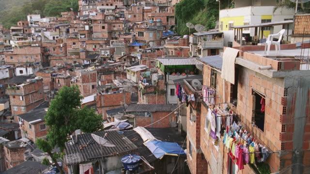 vídeos de stock e filmes b-roll de h-d lo-class rio neighborhood - favela