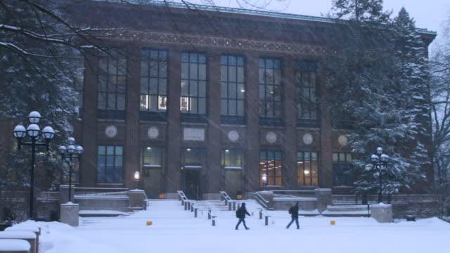 vídeos y material grabado en eventos de stock de university of michigan campus building, snowing, w/activity - ann arbor