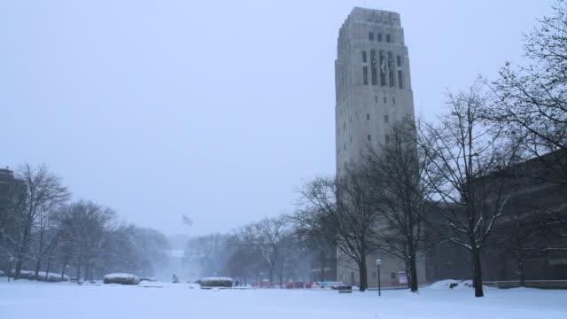 vídeos y material grabado en eventos de stock de university of michigan campus, snow falling - ann arbor