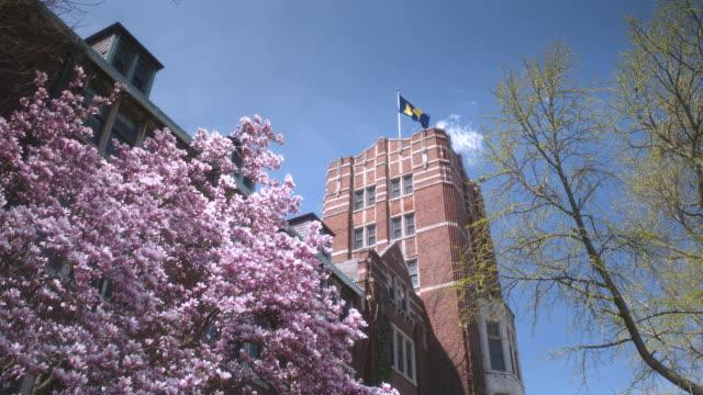 vídeos y material grabado en eventos de stock de ua university of michigan tower, school flag flies atop bldg. - ann arbor