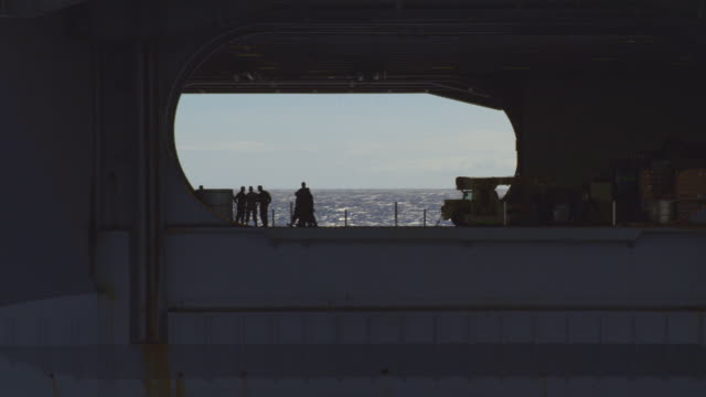 vidéos et rushes de aerial of aircraft carrier ronald reagan cvn-76 at sea - marine américaine