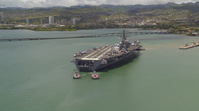 vidéos et rushes de aerial of aircraft carrier ronald reagan cvn-76 leaving pearl harbor - remorqueur