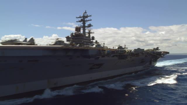 aerial of aircraft carrier ronald reagan cvn-76 at sea - flugzeugträger stock-videos und b-roll-filmmaterial