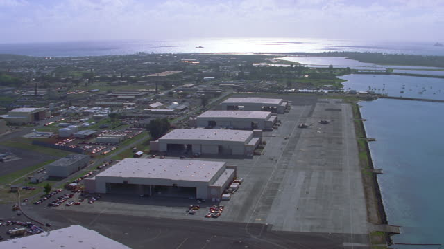 aerial approaching hawaiian military base/landing strip; approach & landing pov - 飛行機格納庫点の映像素材/bロール