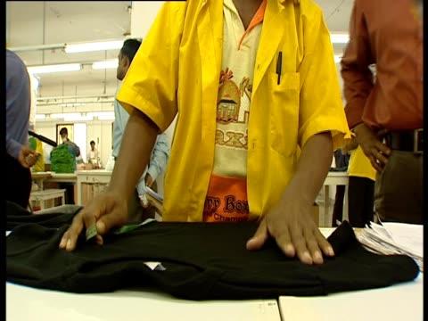 . - schwarzes hemd stock-videos und b-roll-filmmaterial