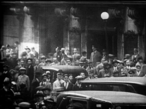 vídeos de stock, filmes e b-roll de crowds on wall street after stock market crash / newsreel - 1920 1929