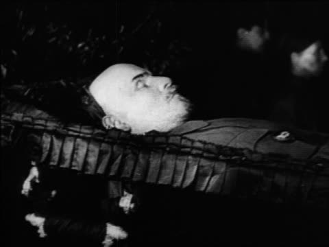b/w 1920s body of vladimir lenin lying in state in coffin / russia / documentary - einzelner mann über 30 stock-videos und b-roll-filmmaterial