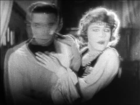 b/w 1925 couple looking around scared / feature - anno 1925 video stock e b–roll