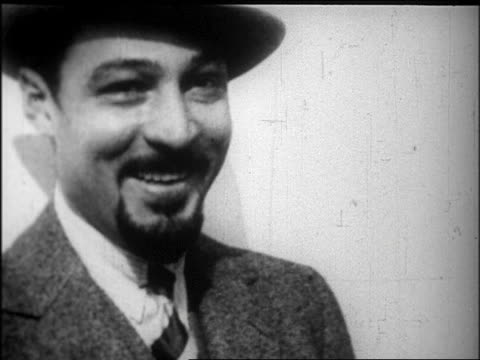 close up rudolph valentino with beard + hat smiling / newsreel - 1926年点の映像素材/bロール