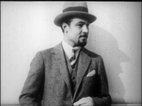 rudolph valentino with beard + hat smiling / newsreel - 1926年点の映像素材/bロール