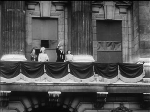 vídeos de stock, filmes e b-roll de british royalty waving from balcony on ve day / newsreel - 1945