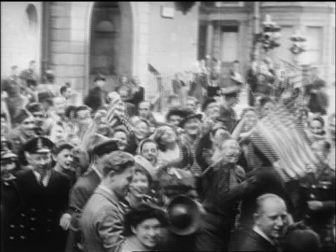 vídeos de stock, filmes e b-roll de b/w 1945 huge crowd dancing waving us flags on ve day / nyc / newsreel - 1945