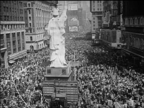 b/w 1945 high angle huge crowd gathered around facsimile of statue of liberty / nyc / newsreel - ve day stock-videos und b-roll-filmmaterial