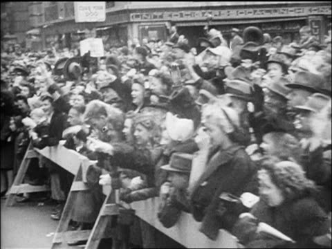 stockvideo's en b-roll-footage met car point of view crowd behind barriers at navy day parade in nyc / newsreel - gemengde leeftijdscategorie