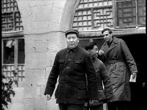 vídeos de stock e filmes b-roll de 1940s mao zedong leaving building / documentary - mao tse tung
