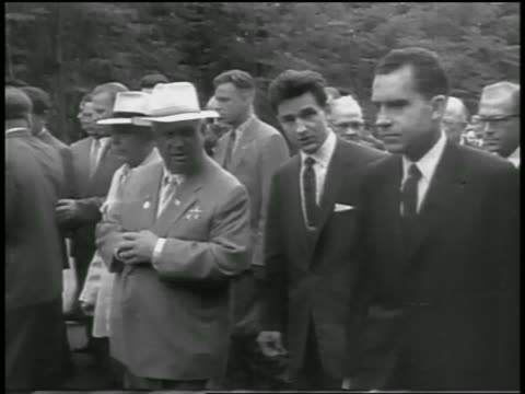 vice president nixon walking with soviet premier khrushchev outdoors / newsreel - 1959 stock-videos und b-roll-filmmaterial