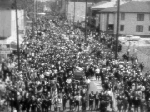 b/w 1968 high angle crowd marching with casket of martin luther king during funeral procession / newsreel - 1968年点の映像素材/bロール