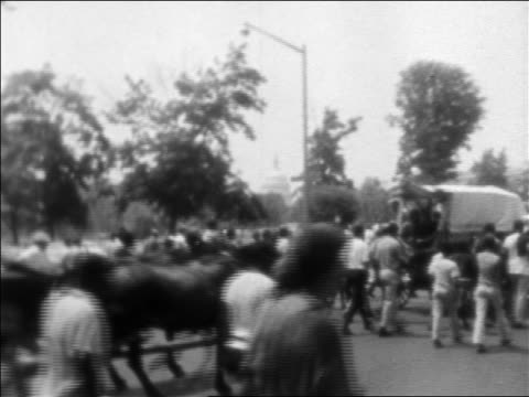 vídeos de stock e filmes b-roll de b/w 1968 crowd marching by casket in funeral procession of martin luther king / washington dc - 1968