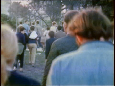 vidéos et rushes de anti-war protesters walking in lincoln park / chicago, illinois / newsreel - 1968