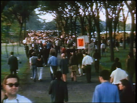 view high angle crowd of antiwar protesters walking in lincoln park / chicago / newsreel - 1968年点の映像素材/bロール